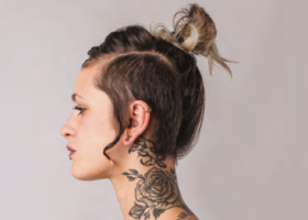 frau mit tattoos